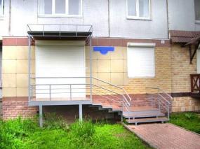 Площадка для входа в офисное помещение          с перилами и навесом из сотового поликарбоната, с конструкцией под рекламу