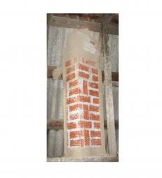 Труба камина обложена кирпечом с отверстиями, для обогрева второго этажа