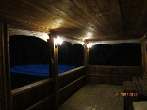 Тентовые завесы на террасе бани подняты
