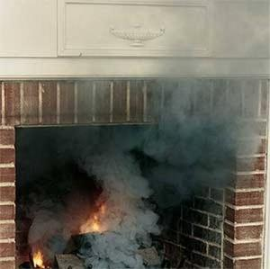 На фото показан дым из камина в помещении