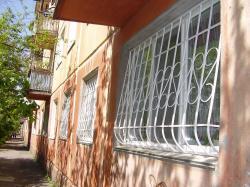 Решетки для окон, выпуклые на большом окне