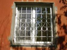 Решетки для окон. Вид снаружи маленькое окно
