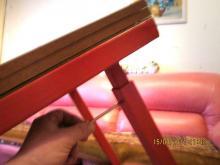 Стол наклоняется и выкручивается саморез выдвигается ножка