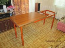 Каркас стола раздвигается за боковую нижнию часть стола