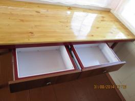 Показаны два выдвижных ящика у стола из стального каркаса