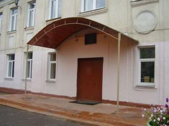 Навес 5.5м.*2.1м. из сотового поликарбоната на фасаде при входе школу вид сбоку