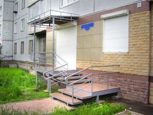 Вид сбоку. Площадка для входа в офисное помещение  с перилами и навесом из сотового поликарбоната,  с конструкцией под рекламу
